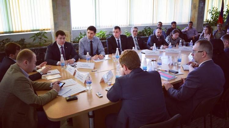 Опытом работы с молодёжными организациями поделился член Совета Сергей Урайкин