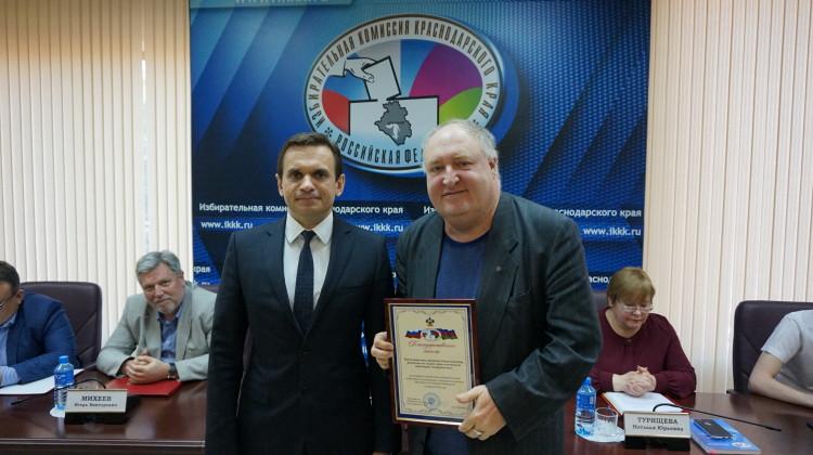 Благодарственное письмо за содействие в организации и проведении выборов вручили члену Совета Павлу Снаксарёву