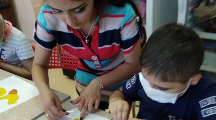 Маленьким пациентам отделения онкологии и гематологии показали, как изготовить поделки из бумаги и дерева