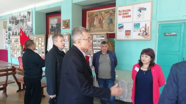 Председатель Совета Андрей Зайцев посетил избирательные участки в сельском поселении Северского района
