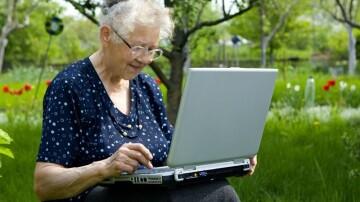 На Кубани волонтеры запустили социальный проект «Бабушка в сети»
