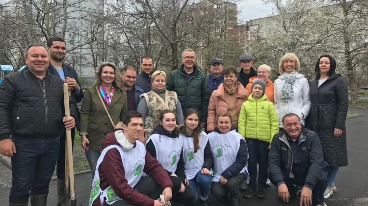 Яблони Сада памяти высадили члены Совета, дав старт городскому этапу патриотической акции.